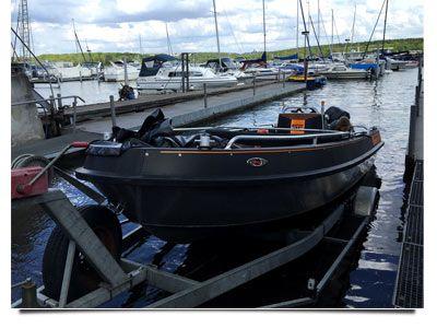 ein-neues-ausbildungsboot-wird-zu-wasser-gelassen